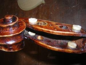 古い楽器の修理中