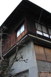 一階はコンクリート、二階は木造、傾斜の緩い銅板葺きの屋根は薄く軽やか な印象を与える