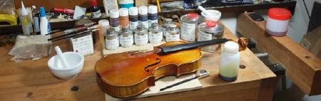 市販の楽器用ニスを使用した修理風景