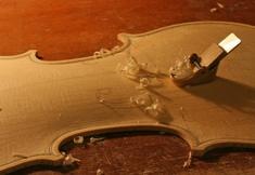 ミニカンナによる表板のアーチ成形