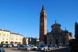 カザルブッターノの教会と工房のあるリベルタ広場