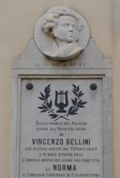 トゥリーナ家の邸宅で、現町役場の壁にある作曲家ベッリーニの肖像