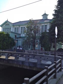 旧栃木市庁舎。古き良き時代の建築物。建物の周りを囲うように県庁掘があって、やたら餌をせがむ鯉と鴨が沢山いる。もちろん、どこにでもいる鳩もいる。