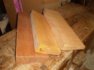 表板になるスプルース材。柾目に丸太を割って製材したもの。