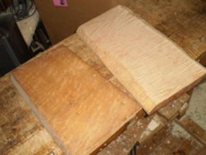 板目に製材された楓材。左側はバーズアイ、右側はトラ杢の楓。