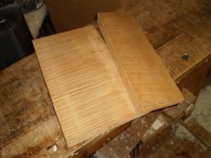 裏板になる楓材。どちらの柾目にカットされたものです。