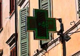 薬局の電光掲示板に表示される現在の気温 日の当たるところなので実際の気温ではないが見てるだけで暑さが増す気がする。