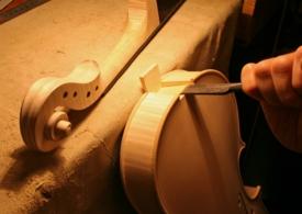 平ノミが最大限に活躍する、ネックの仕込み作業。 切れ味も大切ですが、刃先から伝わってくる感触、フィーリングも重要です。