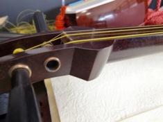 さわり溝 わかりにくいですが、糸の下の楕円形の少しカーブがついてるのがさわり溝です。