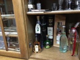 お店にも弓の横にお酒コーナー。ディスプレイも兼ねているので頂きものや見た目の美しいお酒を。