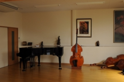 二階に試奏や今回の様な演奏会が出来るスペースがあります。 発表会やミニライブなんか出来そうですよ、グランドピアノもあるし。