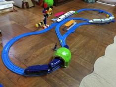 二歳の息子との遊びで最近悩むのは、いかに手持ちの少ないプラレールで面白いレイ アウトが作れるか。 これもきっといつか楽器の美しいアウトラインを生み出すヒントに…