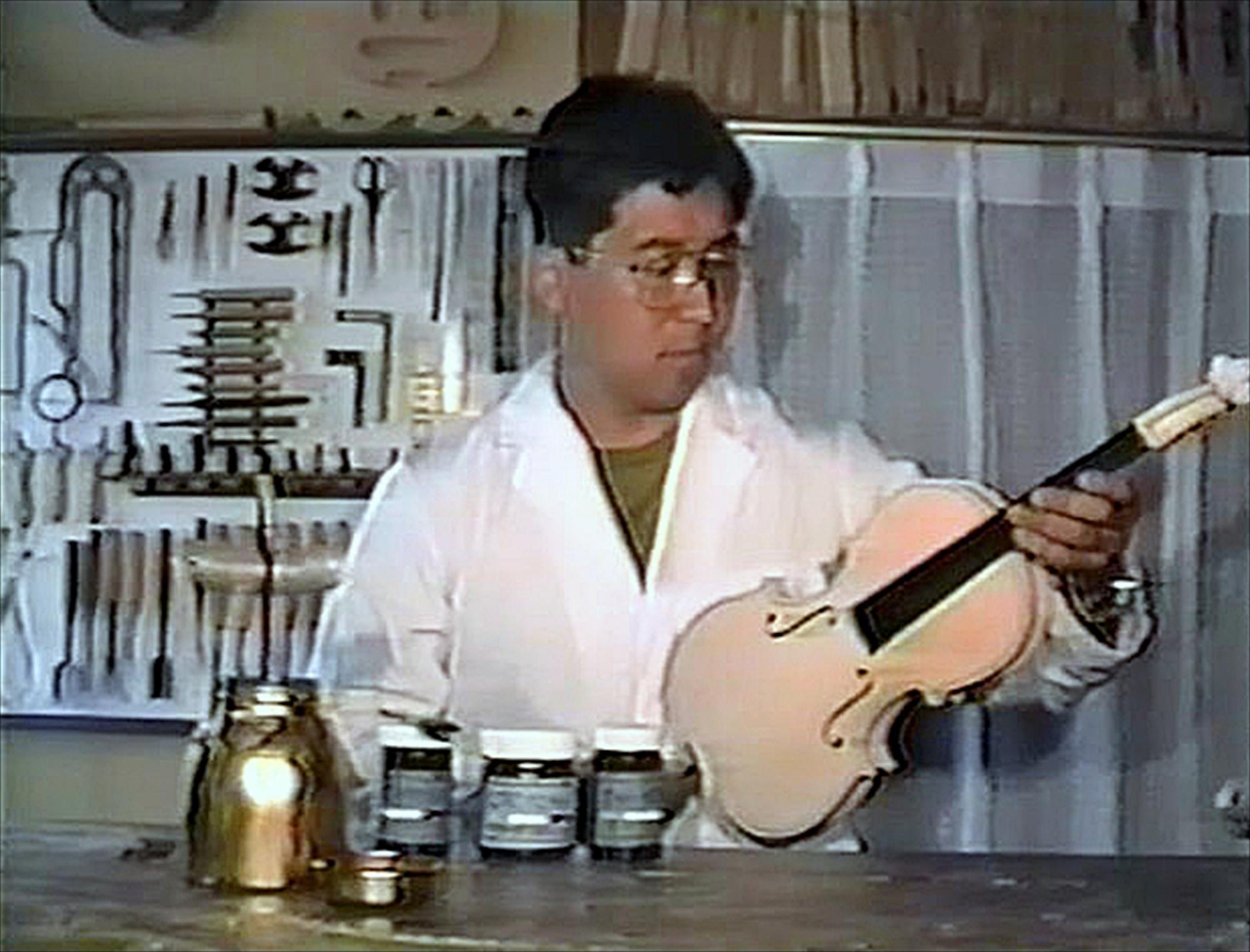 ヴァイオリン製作ビデオの1シーン
