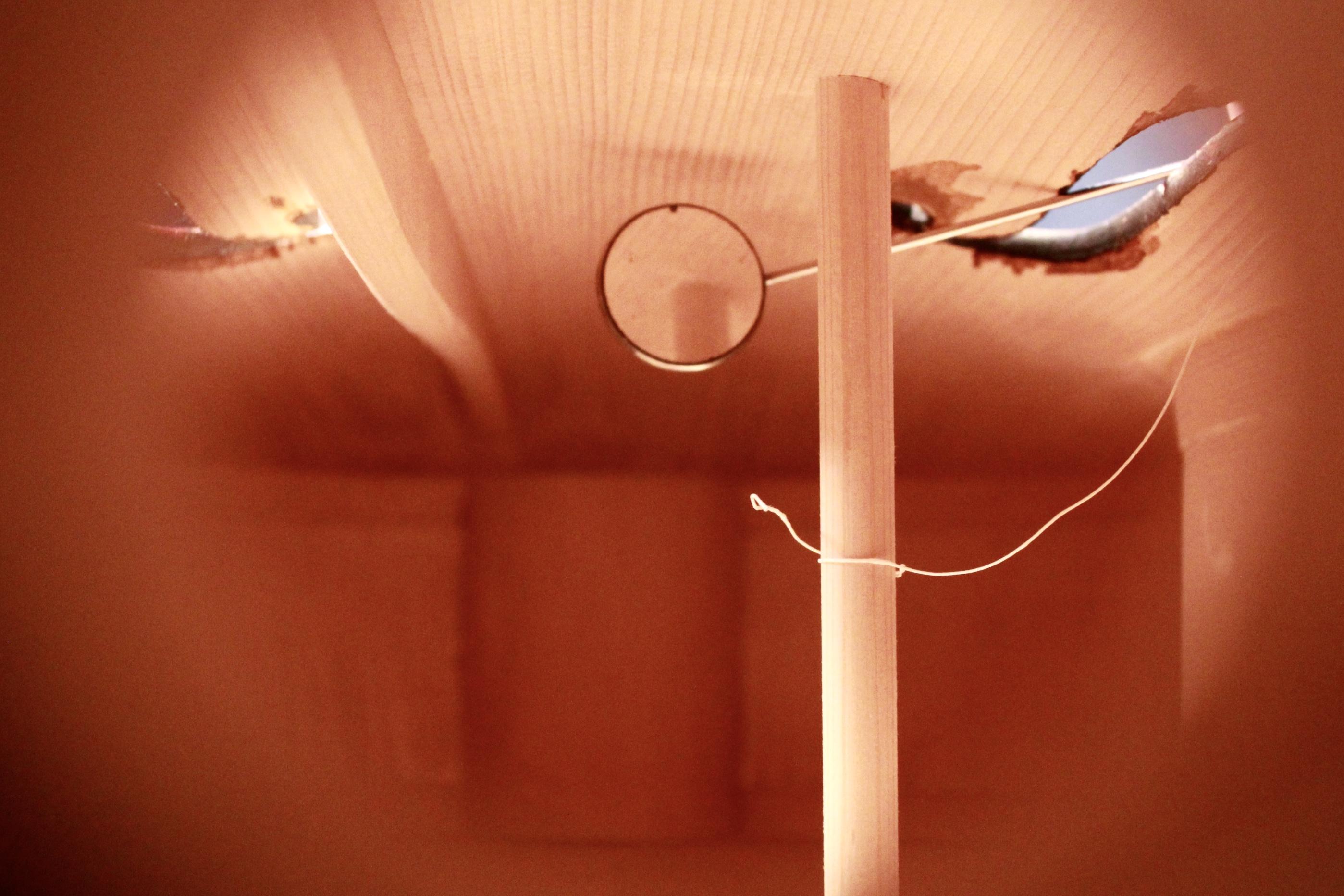 調整中のチェロの魂柱。真っ直ぐに立っているでしょうか…。