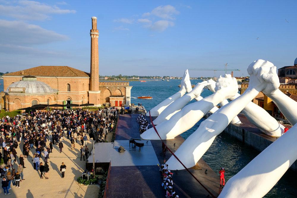 今年のアルセナーレ2019 「アルセナーレ」の語源はアラブ語の技術工場を意味する daras-sina'ah から来ています。 常に他国との交易を積極的に行い異文化を受け入れ、守護聖人までもエジプトから持ってきてしまうヴェネチア。 現在のアルセナーレは現代アートと建築の展示会場になっていて、なんでも受け入れてきたヴェネチアの神髄を今でも見せてくれます。