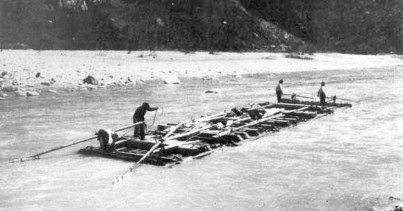 当時と変わらない姿の木材運搬船ザッテラ