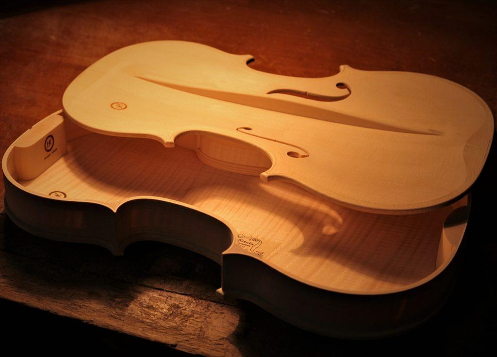 良い音色になることを祈りながら、ヴァイオリンのボディを閉じます